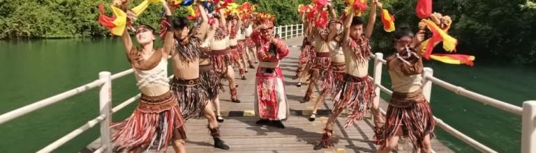 6月4日八宝铜铃舞在狮子关浮桥上演,别有一番韵味。